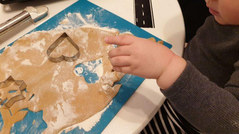 Joulupipareiden leivonta taaperon kanssa – check!