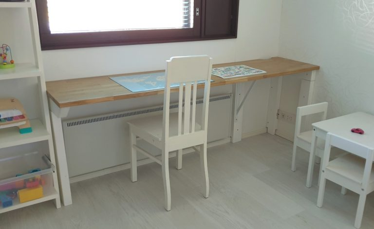 Kirjoituspöytä mittojen mukaan pieneen tilaan