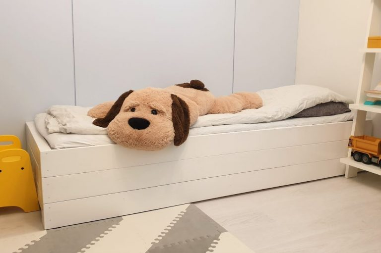 Itse tehty sängynrunko lastenhuoneeseen
